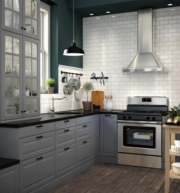 quelle couleur pour les murs d'une cuisine qui joue sur les contrastes, ambiance apaisante dans une cuisine grise, blanche et verte