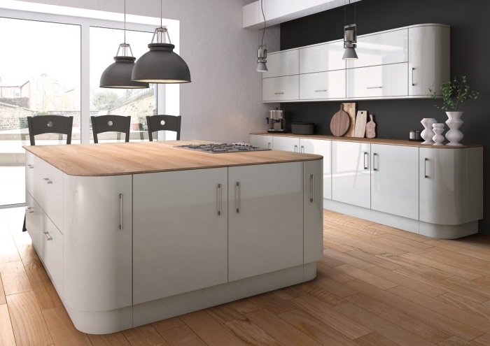 comment décorer une cuisine grise et bois avec meubles blancs à poignées métalliques et éclairage de style industriel en gris mate