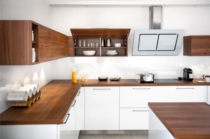 comment créer un contraste élégant dans la cuisine blanche avec meubles de bois de couleur marron foncé