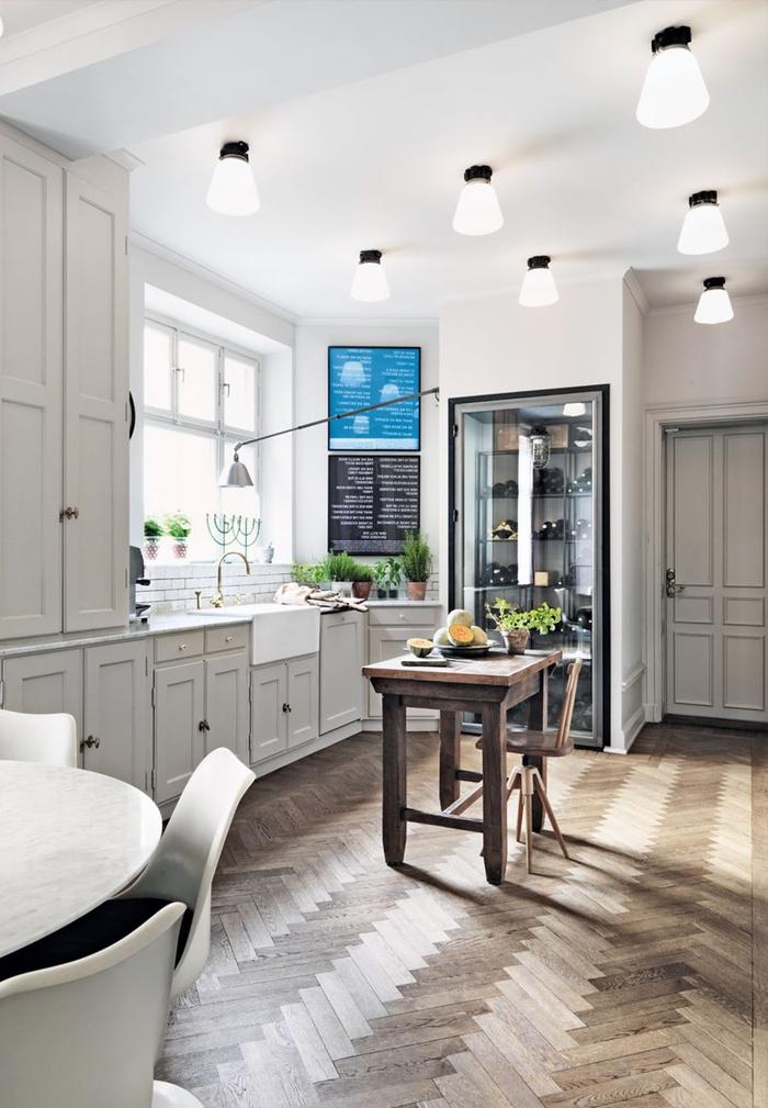 cuisine grise et blanche au charme rustique de style bistrot éclairée par plusieurs points lumineux