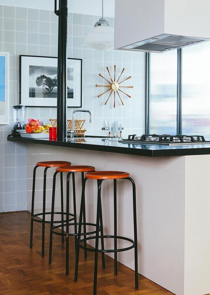 quelle couleur pour les murs d'une cuisine blanc et noir, îlot de cuisine à la fois vintage et moderne associé avec un carrelage gris clair et un parquet en bois