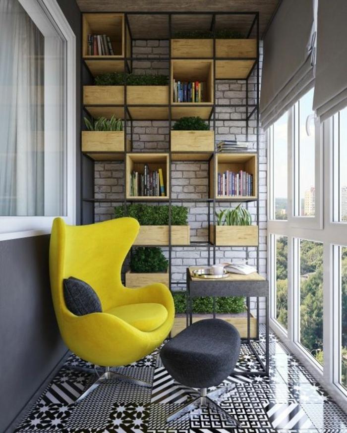 fauteuil coque en jaune flashy avec les pieds en métal couleur argent, idee amenagement terrasse, carrelage sol motifs graphiques en noir et blanc, tabouret design noir forme ovale, étagères en métal noir et casiers en bois clair sur toute la hauteur de l'un des murs latéraux