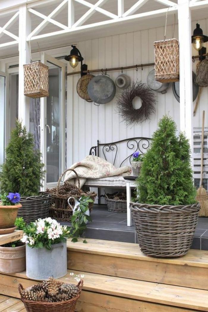 une véranda avec des accessoires de jardin en canne et en rotin tressé, aménagement jardin pas cher, jardin deco, entrée de maison, idee amenagement jardin devant maison