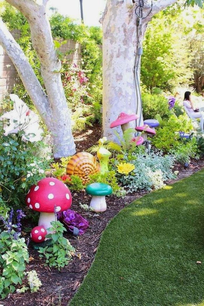 decorer son jardin avec des champignons colorés, parmi les arbres aux troncs blancs, pelouse impeccable, beau coin ensoleillé, accessoires pour la joie des enfants
