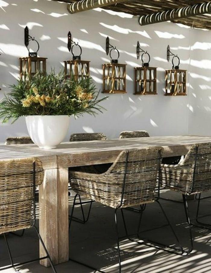 amenagement exterieur avec des meubles classe en rotin tressé en couleur claire, décorer son jardin en style méridional, méditerranéen