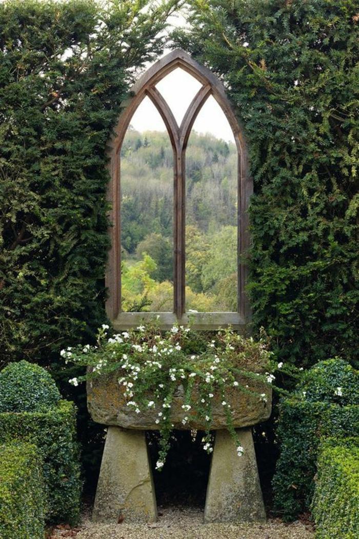 amenagement jardin paysager, fenetre en style gothique, déco jardin récup, une fenêtre parmi les plantes qui sert de cintre, amenagement exterieur pour créer des beaux horizons