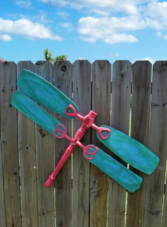 décoration sur le cintre, décorer son jardin avec un insecte en utilisant des objets usés, déco jardin récup, ciel bleu avec des nuages blancs