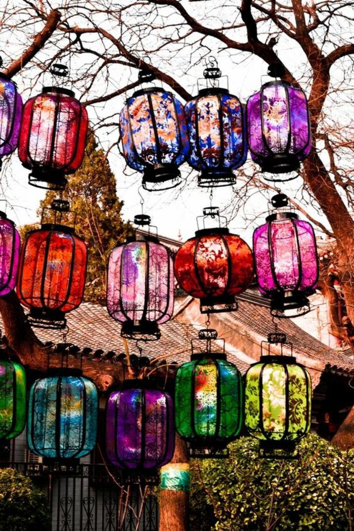 deco jardin pas cher, lanternes chinoises de toutes les couleurs accrochées sur les branches, décorer son jardin, jardin deco, ambiance bohème