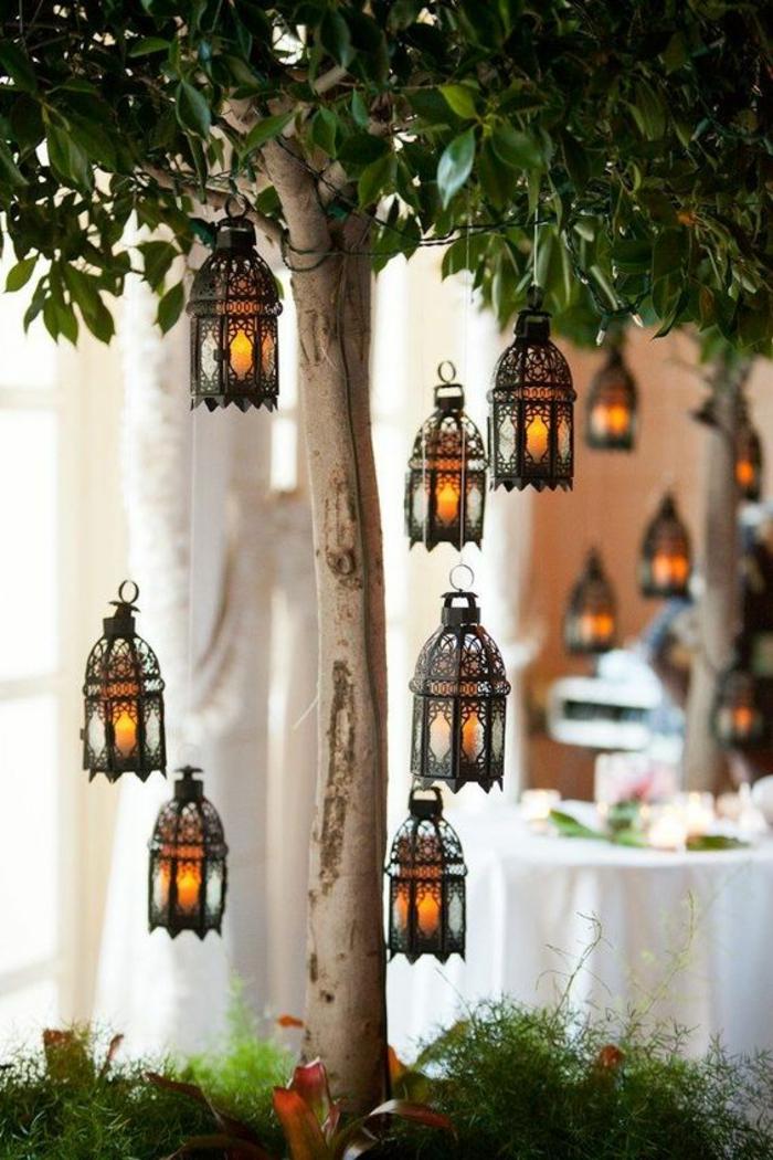 lanternes déco en style oriental, accrochées aux branches des arbres, lumière mystérieuse, illumination pour décorer son jardin, idee amenagement jardin devant maison