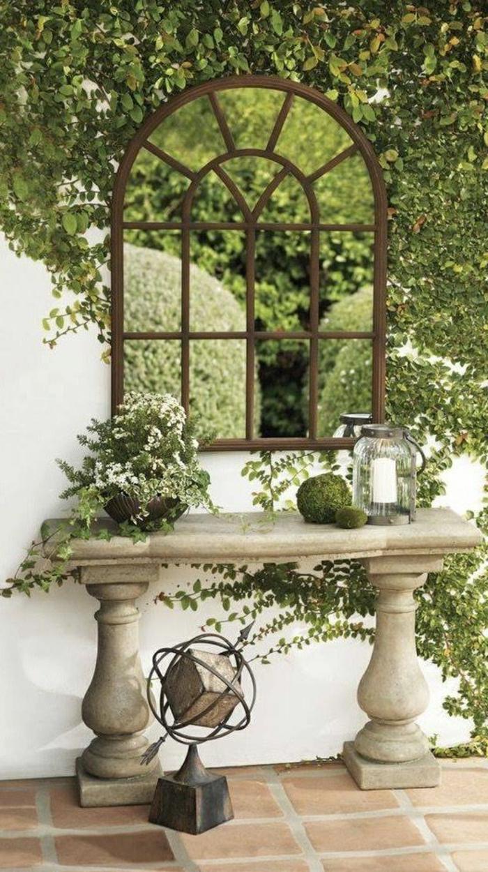 amenagement exterieur, decorer son jardin, fenêtre transformée en miroir, éléments classiques en pierre, ornements de jardin, sphère décorative en pierre et en métal