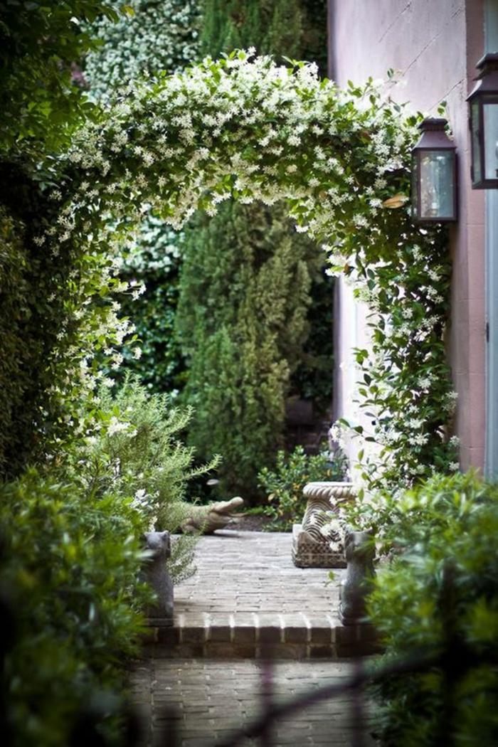 des décorations en pierre pour le jardin, une partie de colonne et un crocodile, idee amenagement jardin devant maison, arche en plantes vertes