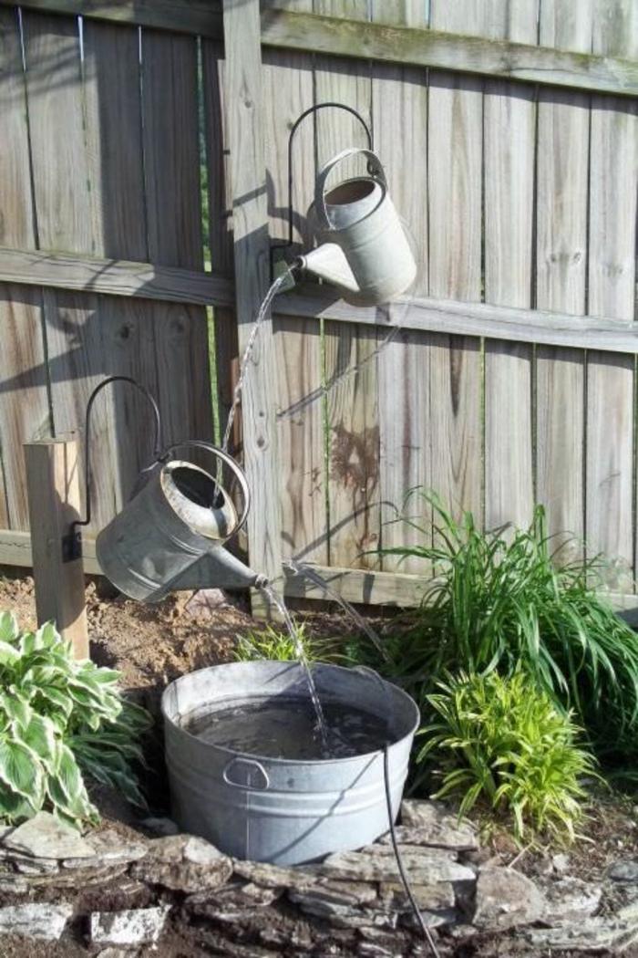 une composition originale avec des sceaux, transformés en mini fontaine, decorer son jardin, deco jardin pas cher, coin amusant