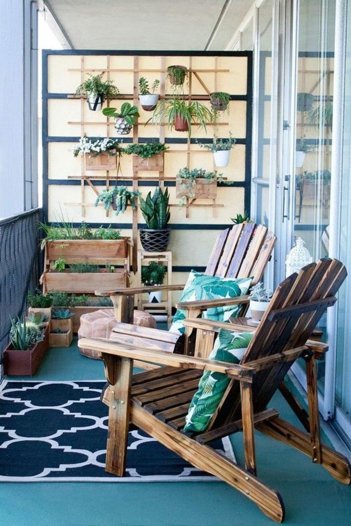balcon fleuri en style scandinave, deux fauteuils en bois marron foncé, mur avec des pots avec des plantes vertes et des cactus, tapis en blanc et bleu marine