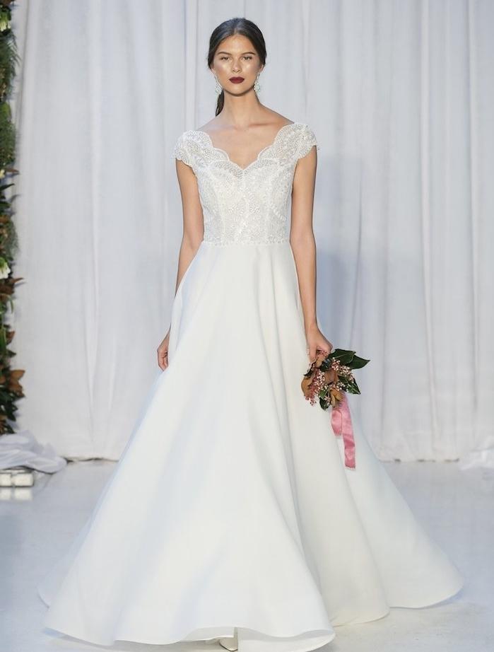 idée de robe de mariée 2018 avec une jupe évasée et un top en dentelle avec des manches et col en v