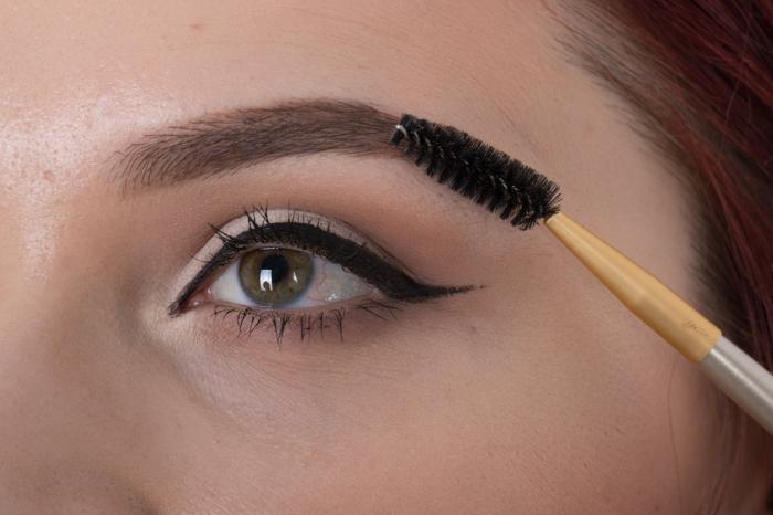 maquillage des yeux nostalgique, trait d'eye liner vintage, cils et sourcils soulignés