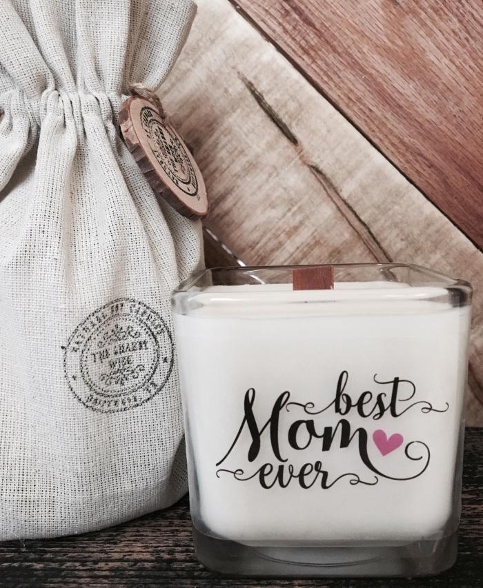 faire une bougie DIY avec un récipient en verre remplie de cire, décoration de verre à lettres la meilleure maman du monde