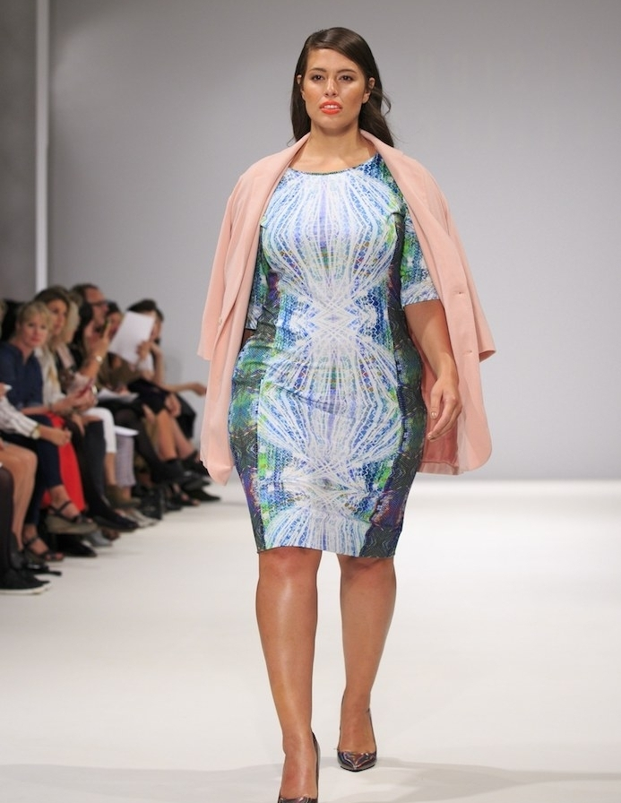 modele de robe grande taille femme à l imprimé coloré, manteau rose, chaussures élégantes, cheveux chatain, ashley graham