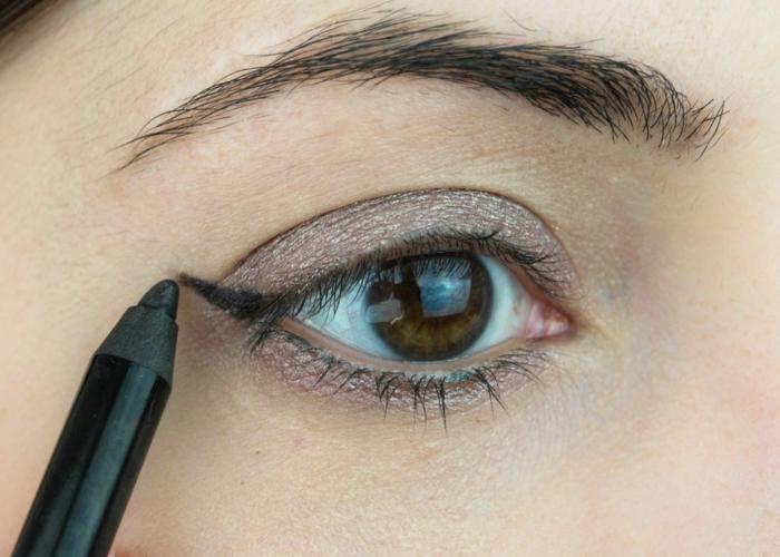 comment créer l'oeil de chat, dessiner l'angle de l'oeil, couleur mauve appliquée sur la paupière