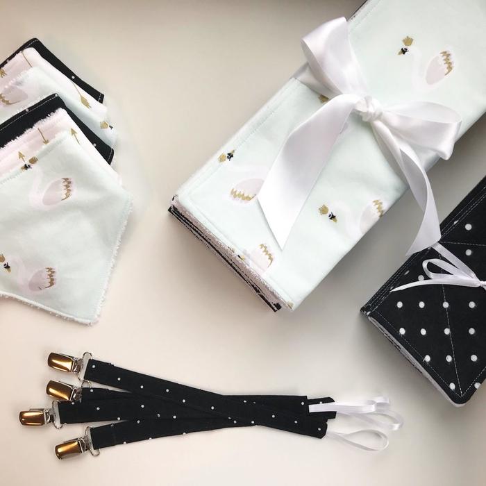 un attache tétine tissu imprimé noir à pois blancs qui s'assortit facilement à tout type de vêtements pour bébé