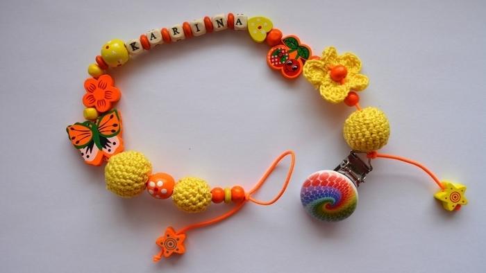 jolie attache tétine prenom réalisée avec des perles alphabet en bois naturel, des perles de fantaisie et des perles au crochet