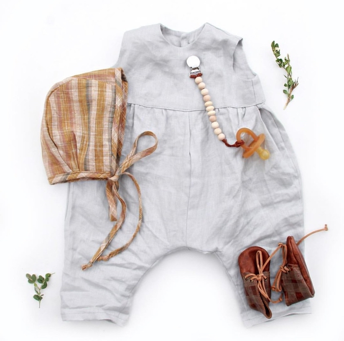 une attache tétine bois réalisée avec des perles nature avec pince en métal idéale pour un cadeau vintage personnalisé