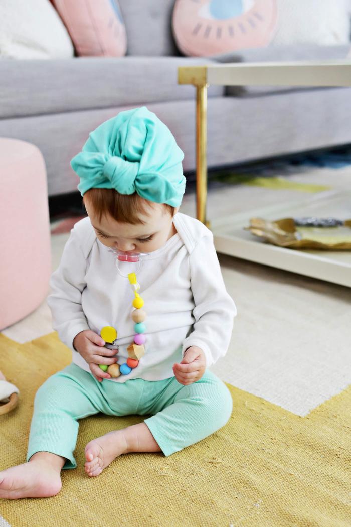 ne perdez plus la sucette de votre bébé avec cette attache tétine bois en couleurs vitaminées réalisée avec des perles en bois et en silicone alimentaire