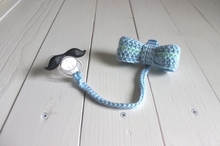 modèle d'attache sucette personnalisé de petit gentleman avec un noeud papillon au crochet
