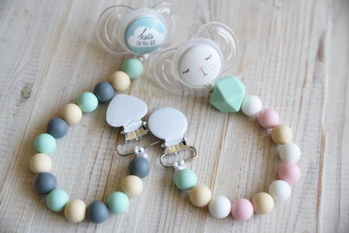 joli modèle d'attache tétint bois à l'esprit scandinave réalisée avec des perles rondes aux couleurs douces