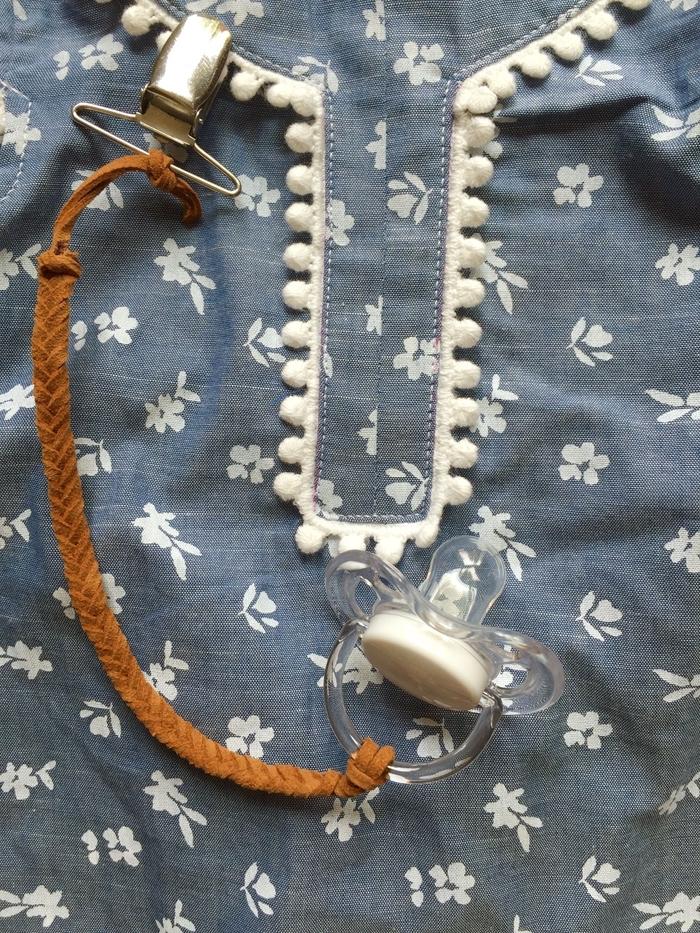un modèle vintage d'un attache sucette en suédine tressée avec pince clip en métal facile à réaliser