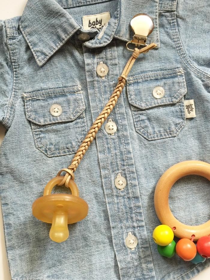 attache tétine en cuir au design simple et épuré idéal pour un cadeau de naissance personnalisé, accessoire bébé d'esprit bohème chic