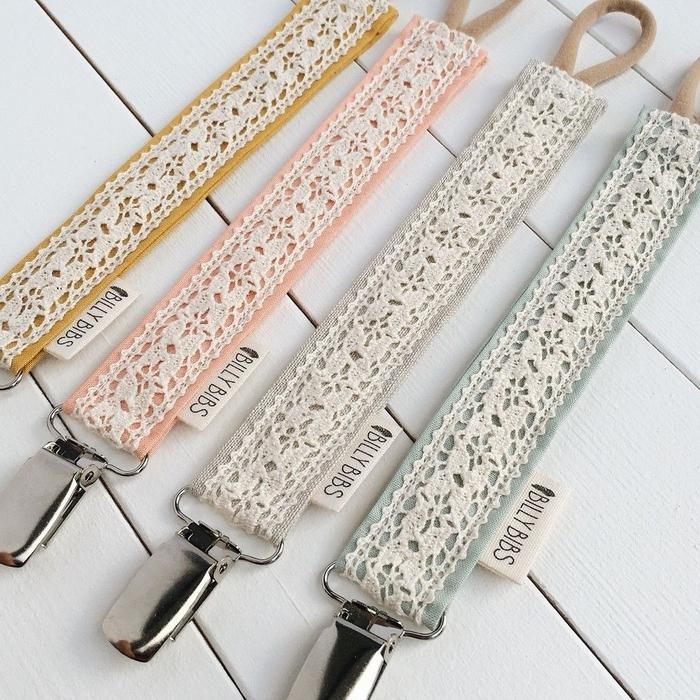 modèle vintage d'attache tétine tissu déclinée en plusieurs coloris pastel à motif dentelle