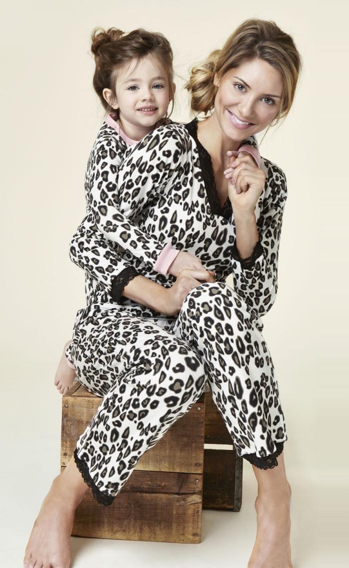 idée de cadeau à deux pour la fête des mères, pyjamas pour maman et son enfant à design identique aux motifs animaux