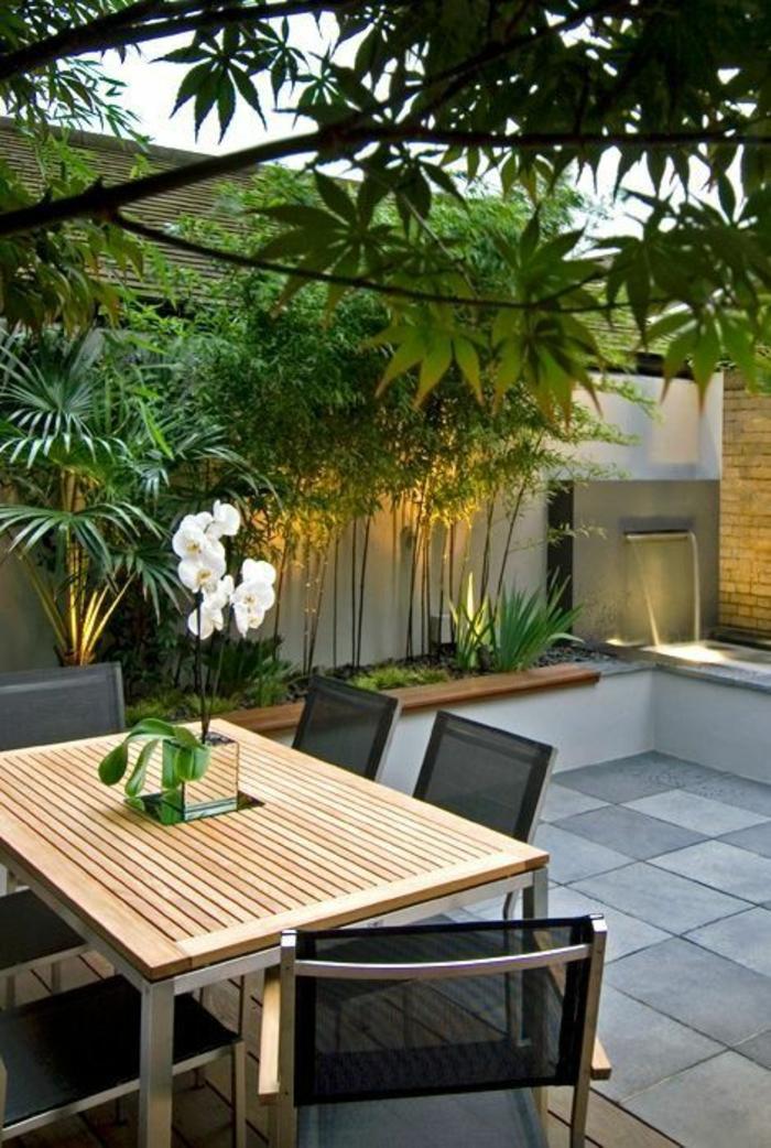 idee deco terrasse, decoration terrasse exterieur, table carrée avec plan en bois clair, chaises en métal couleur argent et en matière PVC noire
