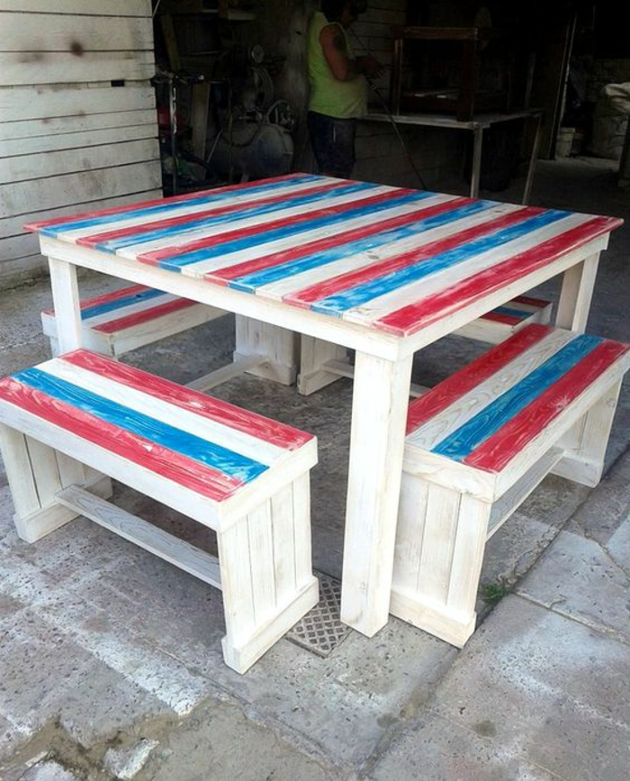 banquette en palette, grande table carrée en blanc, bleu et rouge, banc en palette, meubles pour salle a manger extérieure, composition fraîchement peinte
