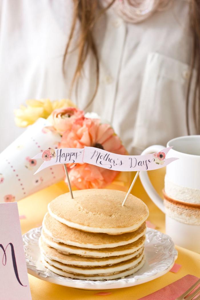 servez-lui un petit-déjeuner festif avec une bannière diy spéciale fête des mères, bricolage fête des mères pour petit-déjeuner surprise