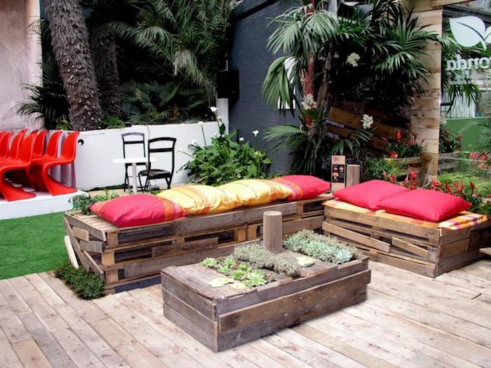 exemple de banquette en palette avec des planches de bois de palette et petite table basse végétalisée, jardin exotique et récup