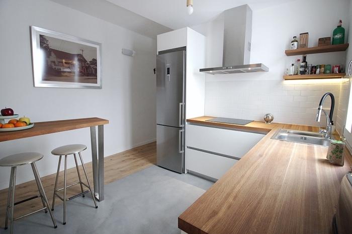 cuisine équipée d'un bar en bois et métal avec armoires blancs sans poignées et comptoirs de bois stratifié