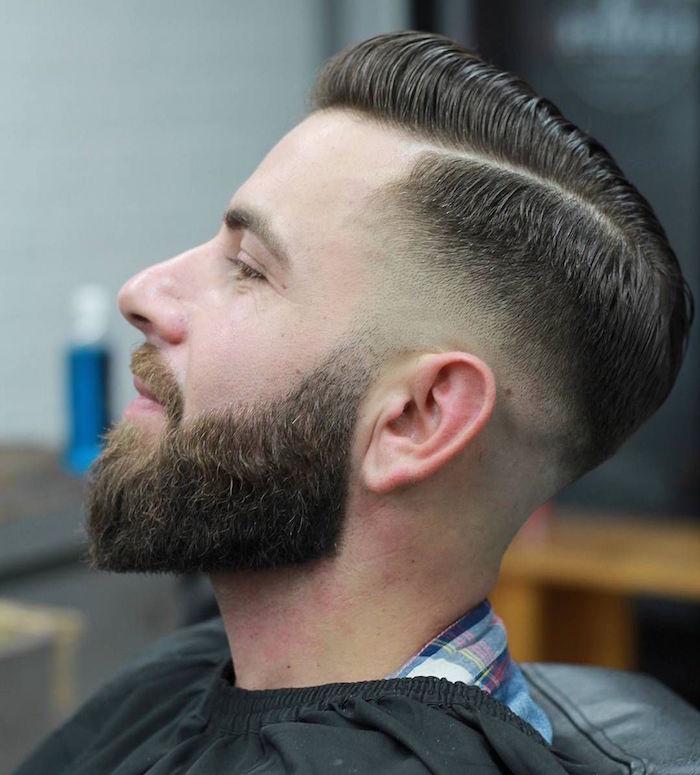 barbe taillée homme hipster avec coiffure pompadour sur le coté avec fondu progressif court