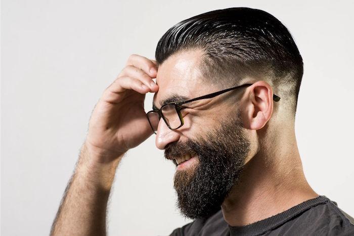 exemple de barbe en dégradé mi longue accompagnée d'une coupe en arrière homme tendance avec fondu progressif