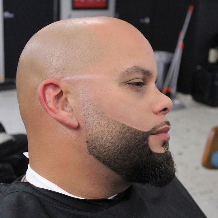 homme chauve avec barbe courte à longueur progressive bien taillée