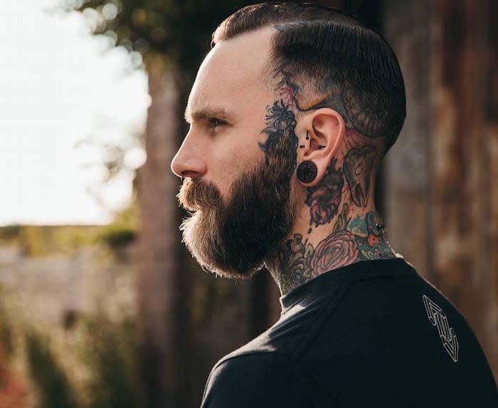 style de barbe en dégradé à partir des oreilles accordée avec une coupe pompadour courte et fondu américain pour hipster avec tatouages dans le cou