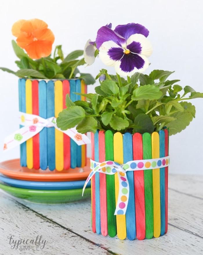 batonnets de glace colorés collés ensemble pour créer un cache pot original pour plantes, ruban coloré, bricolage fête des mères maternelle