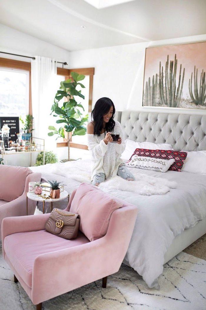 Armoire chambre adulte aménager la chambre a coucher cool idée à réaliser fauteuil rose tete de lit capitonné