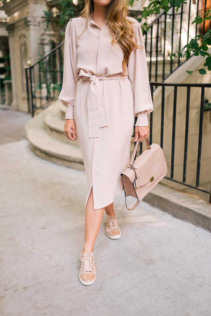 Look basket femme chaussures métallisées rose pale tenue robe quoi mettre avec baskets tenue chic etre une femme bien habillée