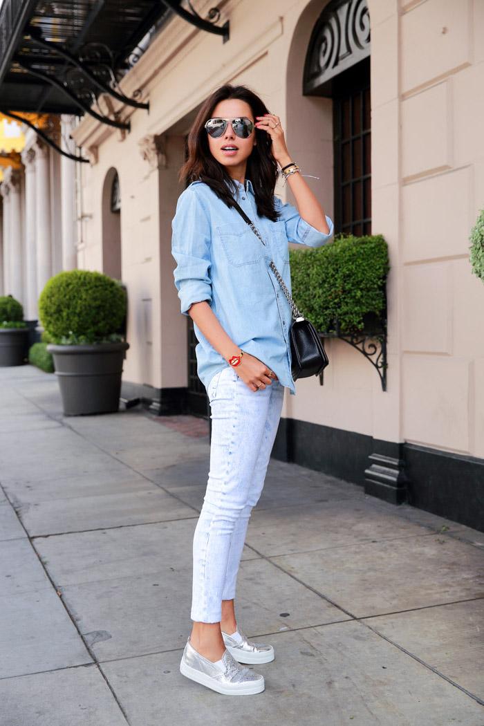 Basket habillee femme chic se sentir en confort tenue simple basket argentee jean claire et chemise en jean lunettes aviateur