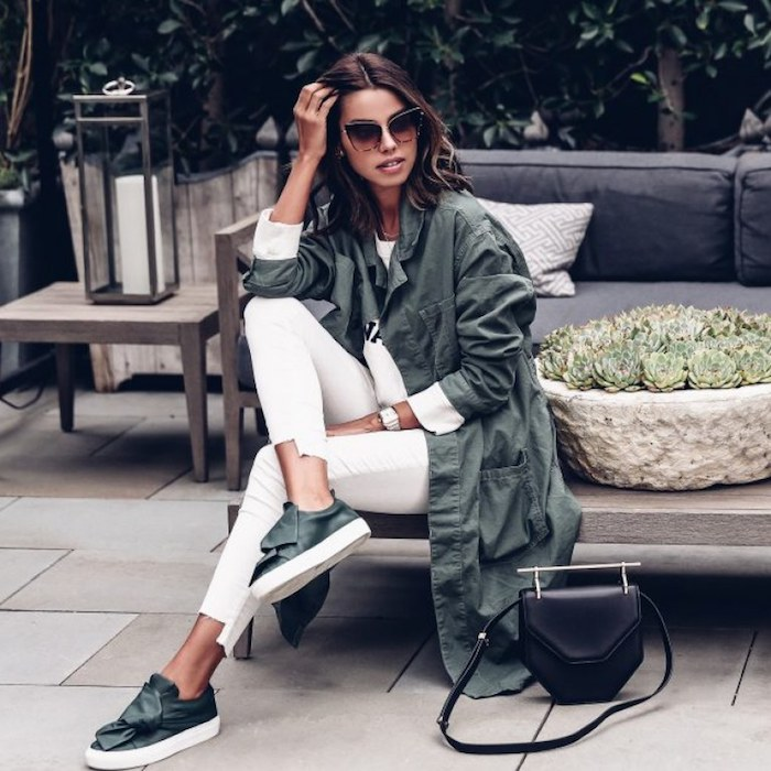 Tenue avec basket femme scratch ou fil choisir un basket moderne femme style swag jean blanc basket noeud sans fil chouette tenue moderne avec pantalon blanc blouson blanc et pardessus vert comme les baskets