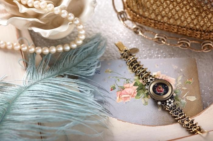 modèle de collier en perles blanches et montre vintage, idée cadeau maman en forme de bijoux et accessoires tendance vintage fashion