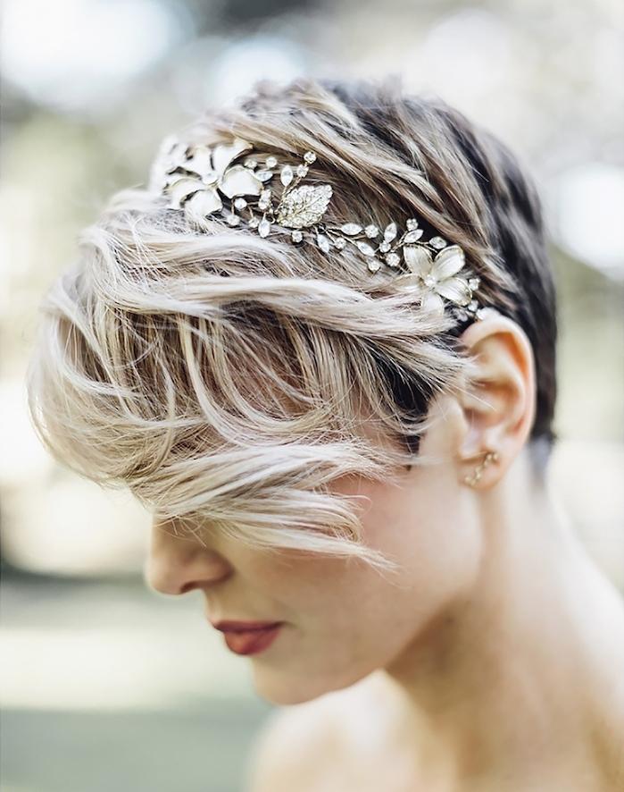 mèches ondulés longs sur le dessus d un pixie à mèches blondes, accessoire bijou cheveux couronne