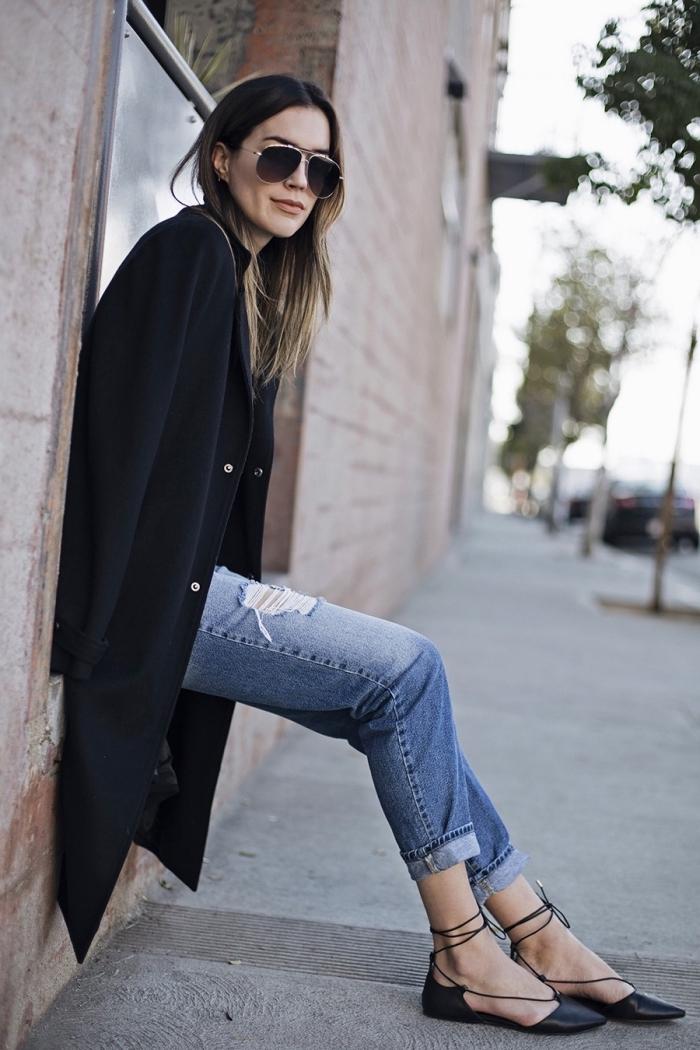 comment bien s'habiller avec jeans déchirés et un blazer long à design loose noir, paire de chaussures plates à lacets