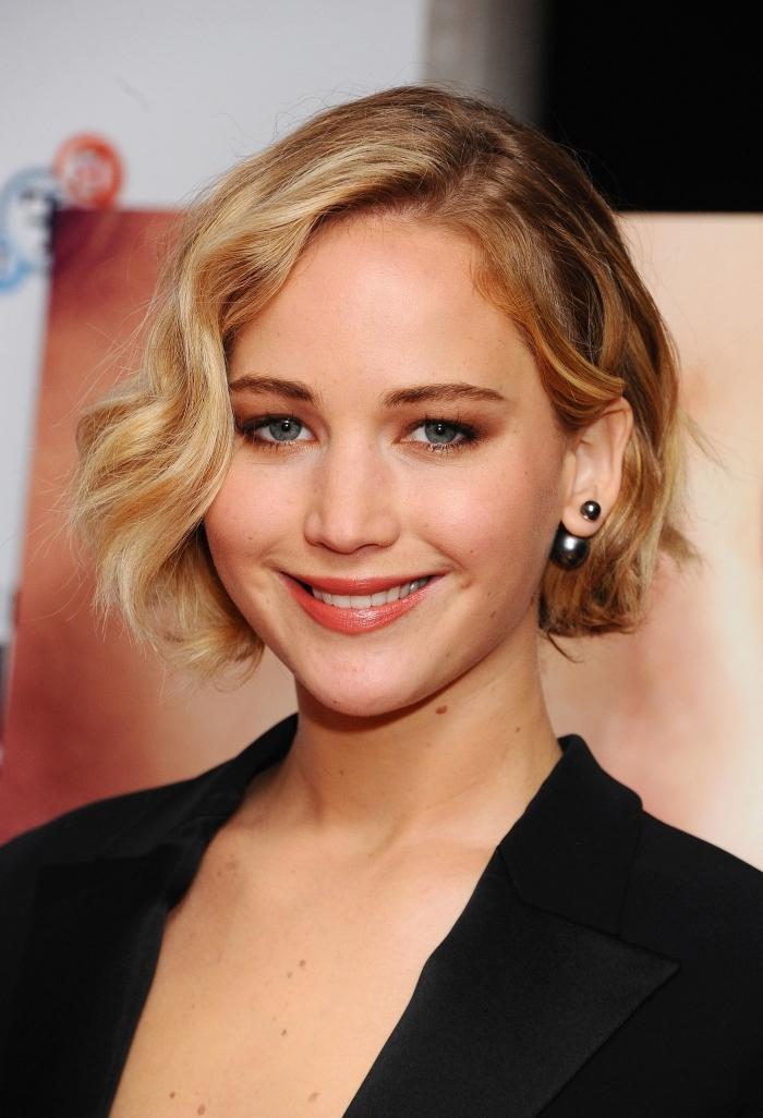 modèle de coiffure pour cheveux courts, coupe carré plongeant avec coloration tendance en racines châtain foncé et longueurs blond miel
